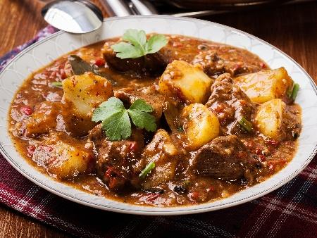 Задушено телешко месо (яхния) с картофи, гъби печурки и доматено пюре - снимка на рецептата